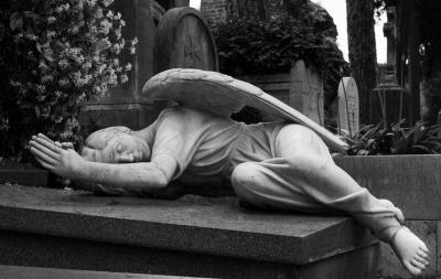 nagrobek figura anioła